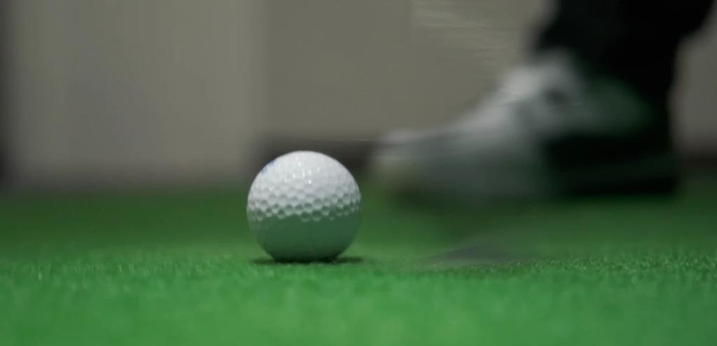 ダウンブローができるとインパクトの瞬間、ヘッドがすり抜けてボールは動かない